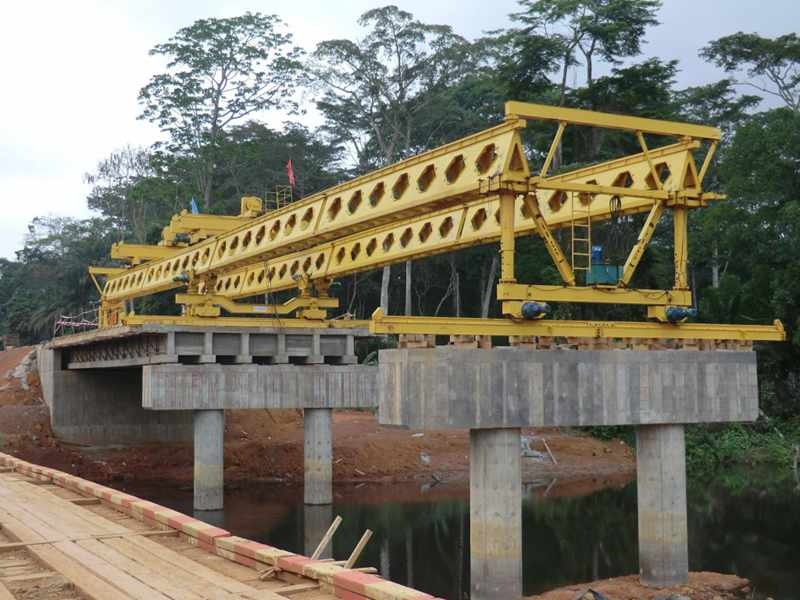 Honeycomb girder bridge construction crane